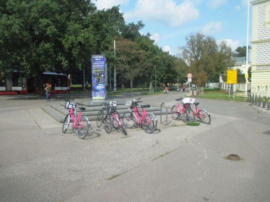 V Praze 7 letos vyrostlo více než sto nových cyklostojanů