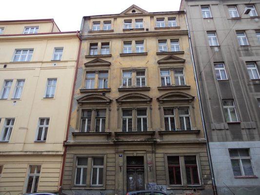 Praha 7 připravuje opravu opuštěného domu v Dobrovského ulici